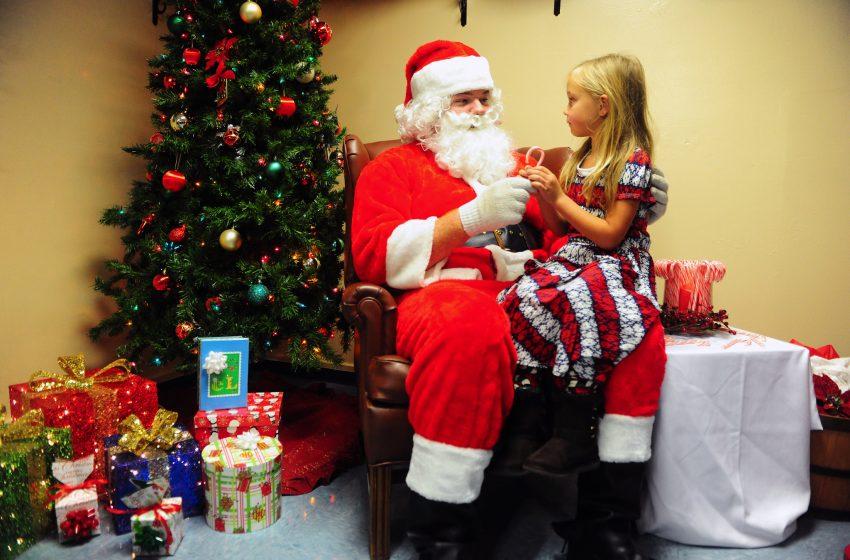 Babbo Natale che ascolta i desideri di una Bambina