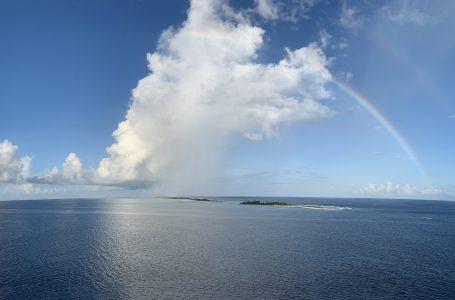 Isola di Fakarava dall'alto con Arcobaleno