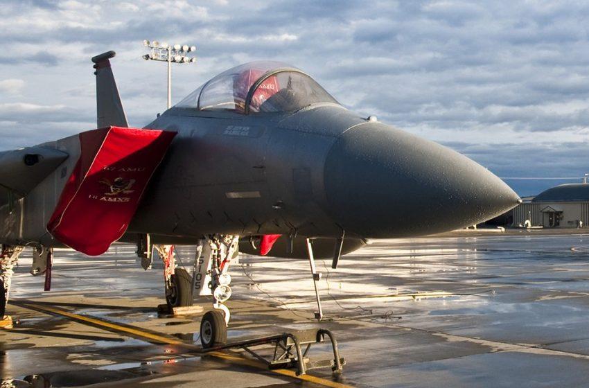 Aereo Militare F15 con Bandiera Rossa