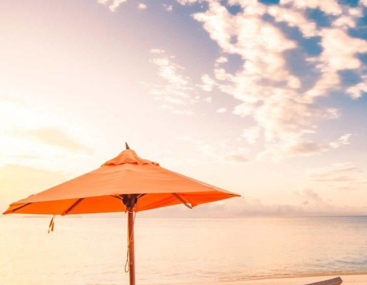 Spiaggia con Sdraio e Ombrellone