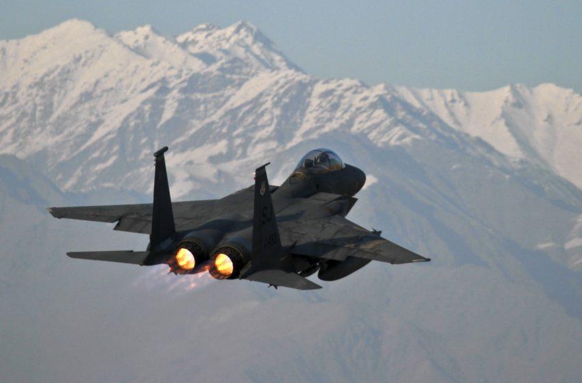 Aereo Militare F15 con sfondo montuoso