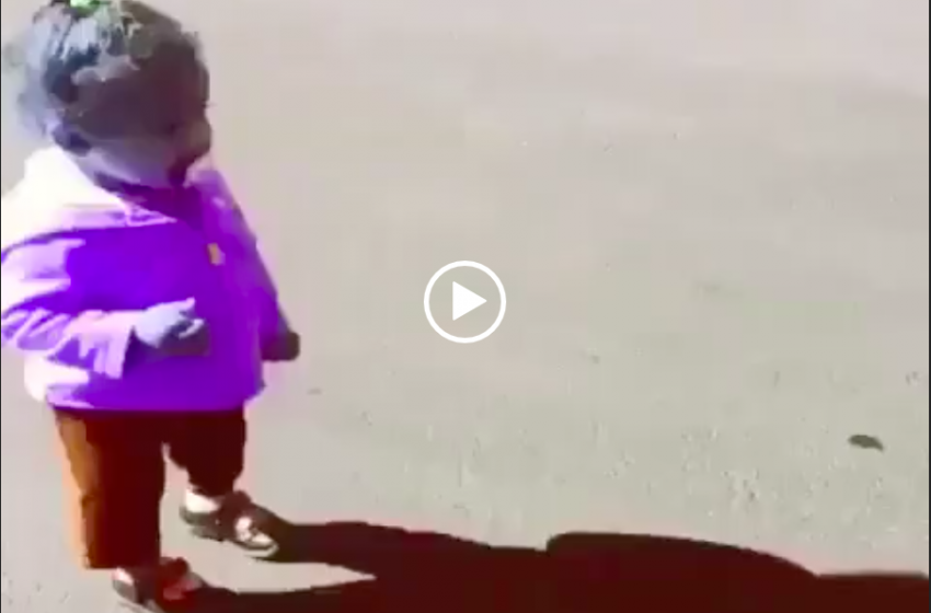 Bambina spaventata dalla sua Ombra