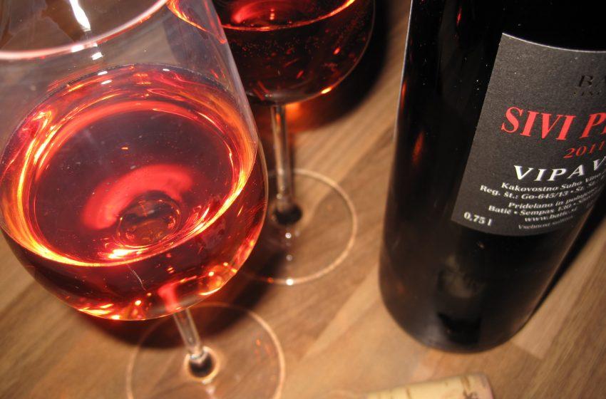 Calici di Vino Rosso con Bottiglia
