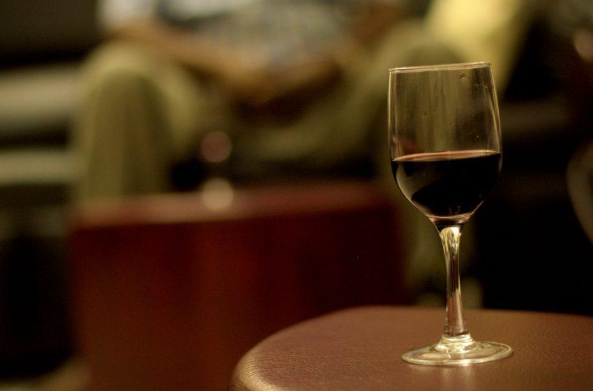 Calice di Vino Poggiato su un Tavolo