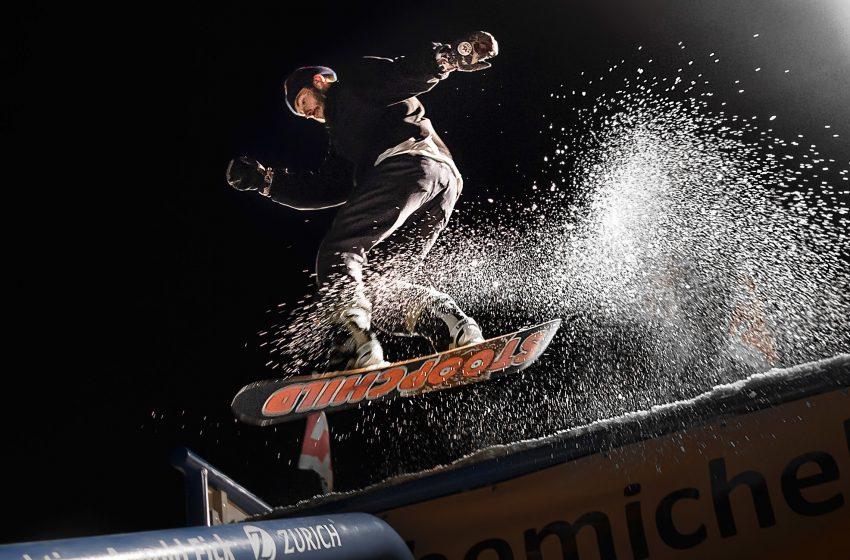 Salto con Snowboard di Notte