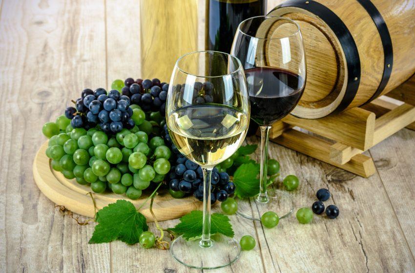 Calici con Vino Rosso e Vino Bianco