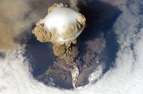 Eruzione Vulcanica Vista Dall'Alto